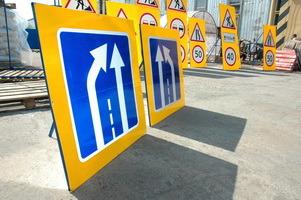 дорожные знаки на желтом фоне, флуоресцентный фон, временный дорожный знак, знак для обозначения мест ремонта